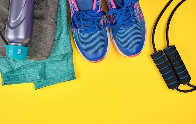 Zapatillas azules de mujer y ropa para deporte y fitness.