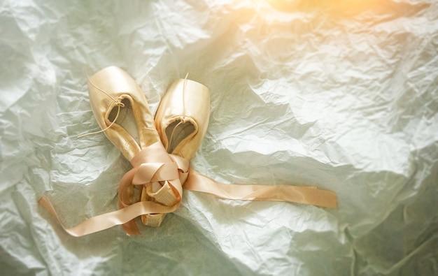 Las zapatillas de ballet rosa sobre fondo superficie grunge