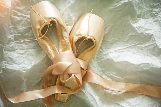 Las zapatillas de ballet rosa sobre fondo