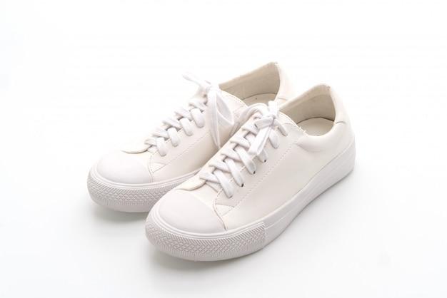 Zapatillas blancas sobre fondo blanco