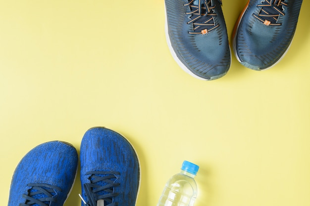 Zapatillas y botella de agua en amarillo