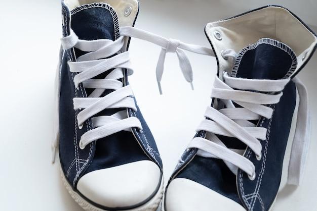 Zapatillas con cordones atados