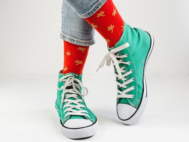 Zapatillas de deporte con estilo y calcetines divertidos, felices.