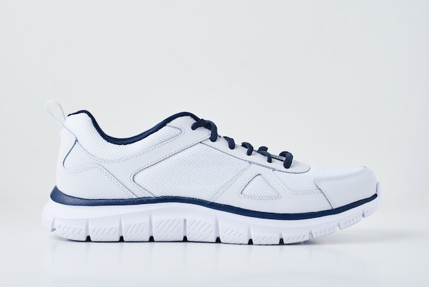 Zapatillas de deporte masculinas una en blanco aisladas. zapato deportivo de cerca
