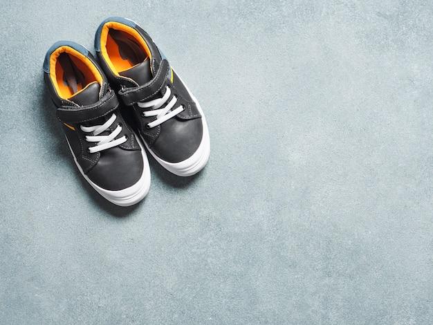Zapatillas grises y amarillas sobre gris