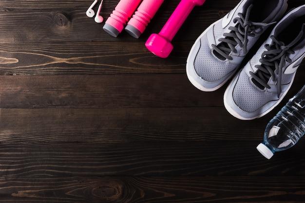 Zapatillas grises y equipamiento de accesorios en fitness gym