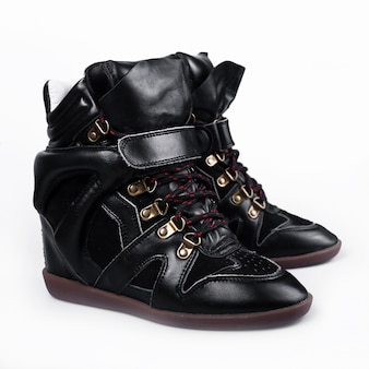 Zapatillas negras sobre fondo blanco para el diseño.