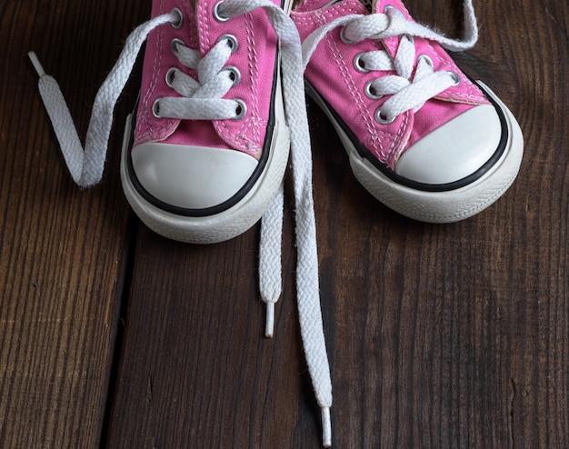 Zapatillas pequeñas de textil color rosa.