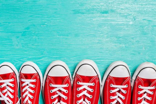 Zapatillas rojas en madera.