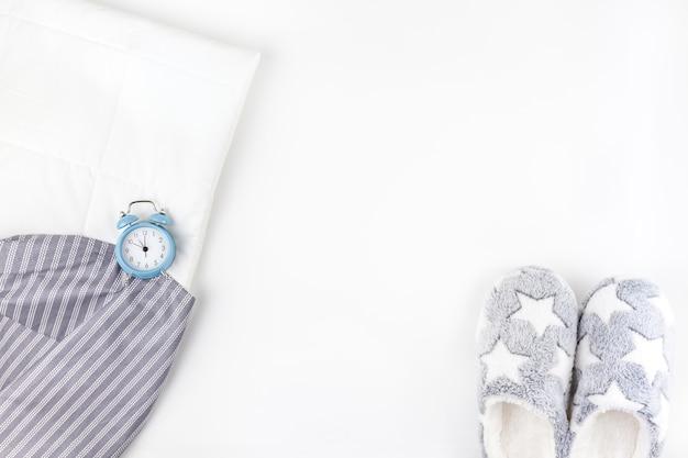 Zapatillas suaves y esponjosas y despertador azul
