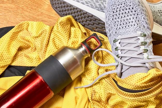 Zapatillas y varios accesorios.
