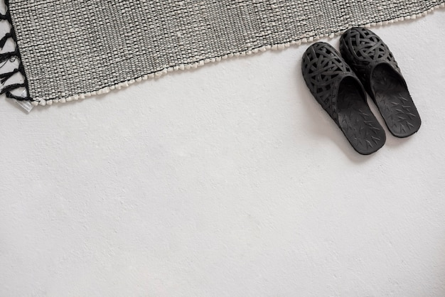 Zapatillas de vista superior cerca de la alfombra