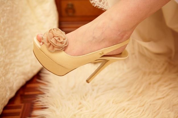Zapato beige mujer (tacon alto)
