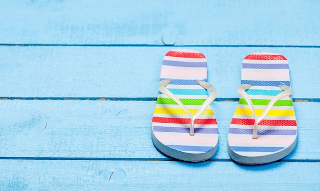 Zapato de chanclas de colores en maderas azules