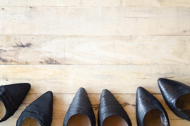 Zapato de mujer diferente sobre fondo de madera, varios tipos de tacones altos