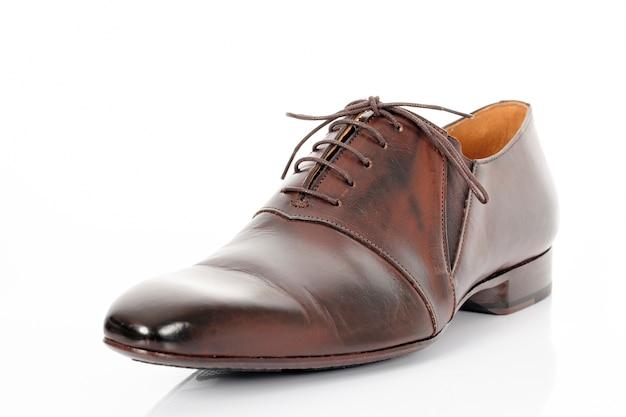 Zapato marrón aislado sobre fondo blanco en estudio