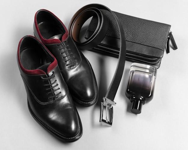 Zapatos y accesorios para hombres yacían en el piso de madera.