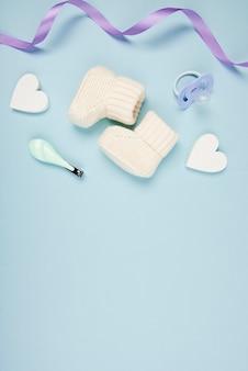 Zapatos de bebé y corazones de cerca