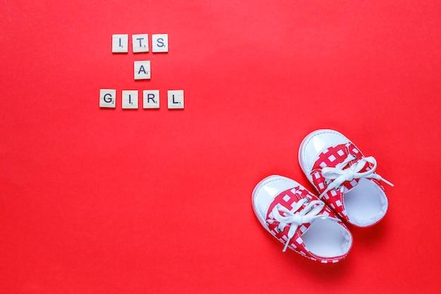 Zapatos de bebé o zapatos de niño con letras