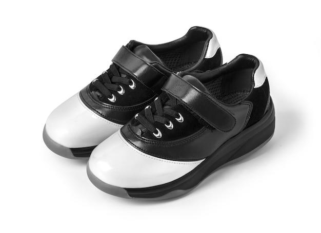Zapatos blanco y negro sobre blanco