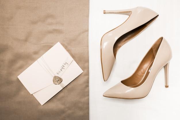 Zapatos de boda en el fondo