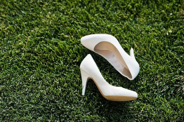 Zapatos de boda en pasto verde