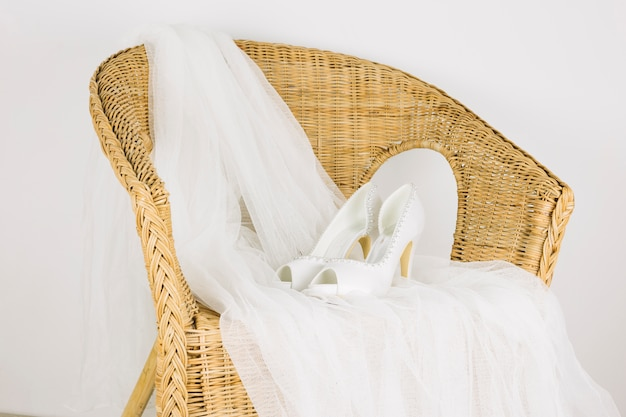 Zapatos de boda en un sillón