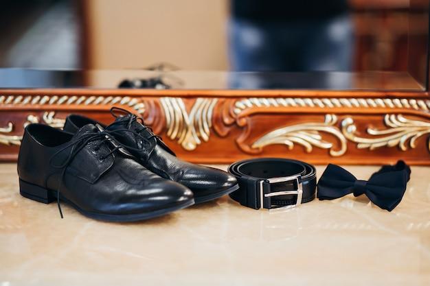 Zapatos clásicos de hombre, cinturón, mariposa.