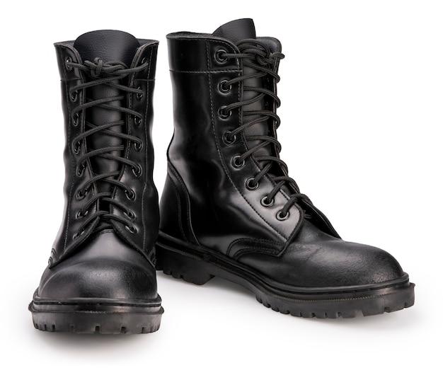 Zapatos de combate de cuero negro aislado sobre fondo blanco.