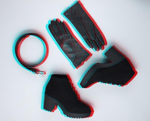 Zapatos y complementos de mujer de moda. botas, cinturón de cuero y guantes sobre fondo gris. vhs, efecto de falla. vista superior