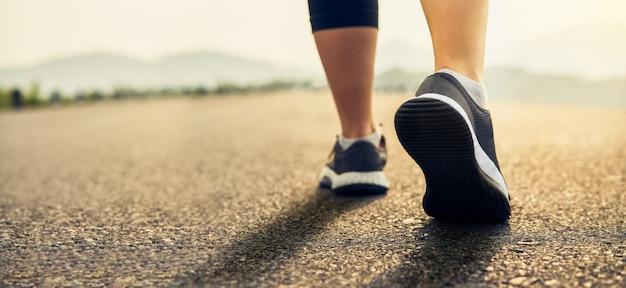 Los zapatos de los corredores están preparados para salir del punto de partida.