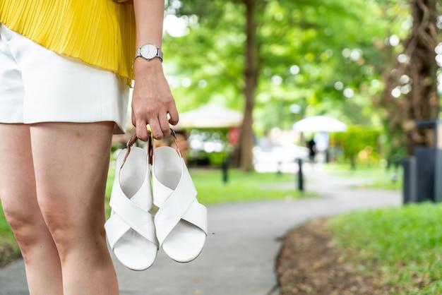 Zapatos de cuero de mujer hermosa