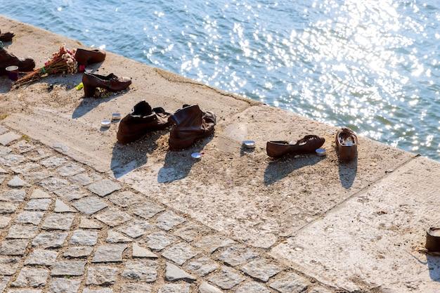 Zapatos en el danubio, un monumento a los judíos en el monumento judío de la segunda guerra mundial budapest, hungría