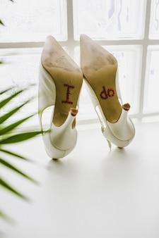Zapatos de novia con la frase que hago