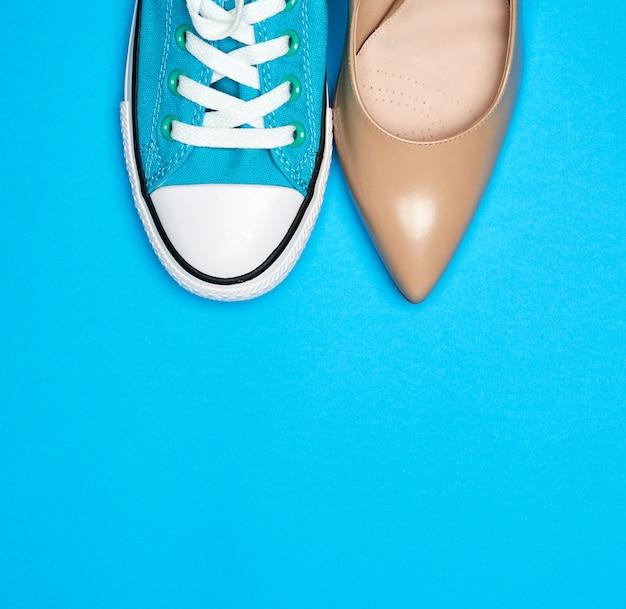 Zapatos deportivos azules y zapatos beige.