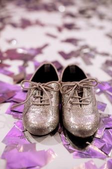 Zapatos elegantes para bebé con confeti de colores