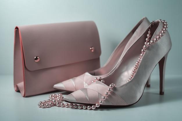 Zapatos femeninos rosados con bolso