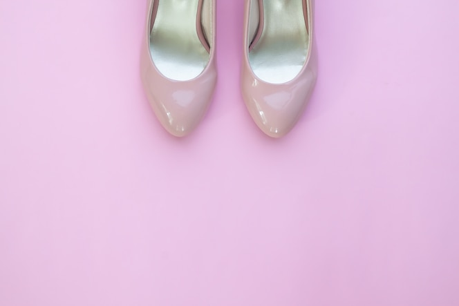 e7d9f002e49 Zapatos femeninos rosados pálidos en fondo rosado del color