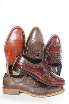 Los zapatos de hombre de cuero natural marrón