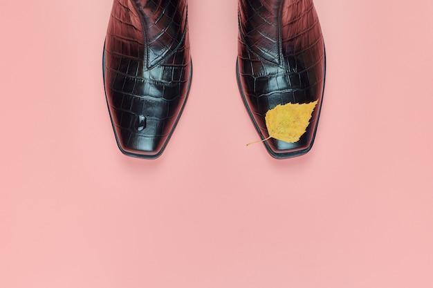 Zapatos impermeables de otoño para mujer con gotas de lluvia, espacio de copia