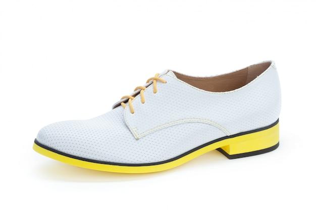 Zapatos masculinos botines aislados sobre fondo blanco.