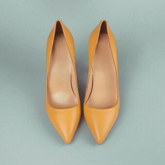 Zapatos de moda amarillos