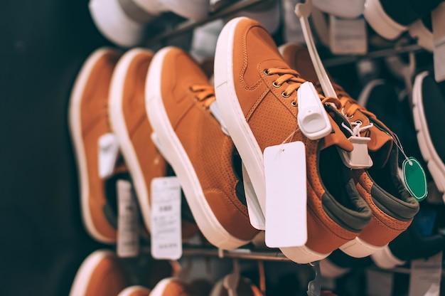 Zapatos modernos en una vitrina en un supermercado.