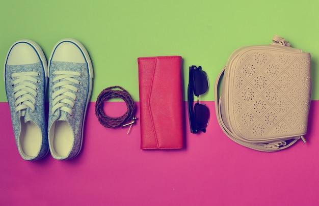 Zapatos de mujer y accesorios de moda sobre un fondo de color.