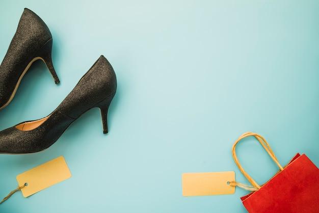 Zapatos de mujer con bolsa de compras.