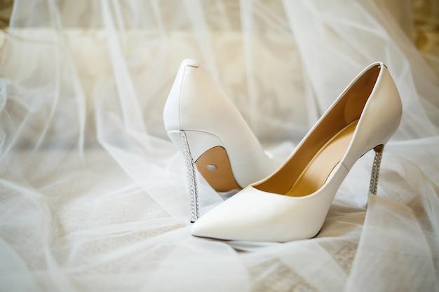Zapatos de mujer el día de la boda para la novia.