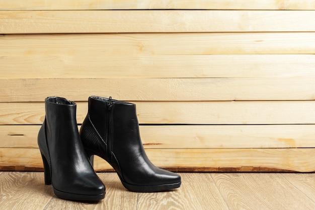 Zapatos de mujer en madera