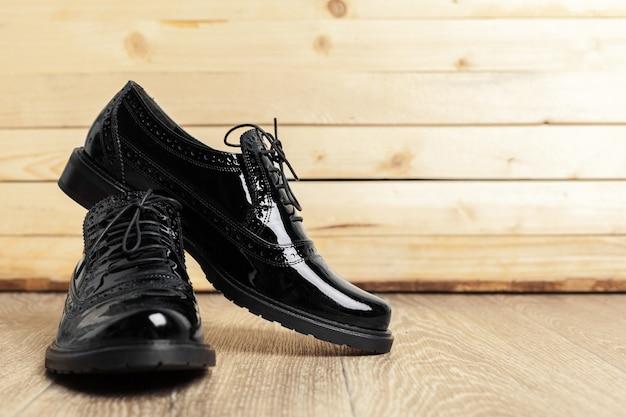 Zapatos de mujer sobre fondo de madera