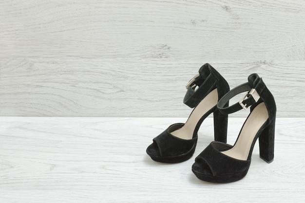 Zapatos de ante negro sobre un fondo de madera. concepto de moda