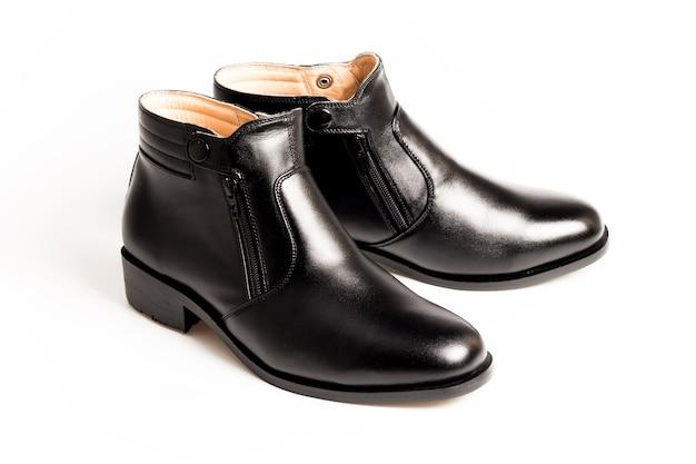 43cd11cff7 Zapatos negros de los hombres del cuero de patente aislados en el fondo  blanco